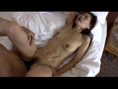 久しぶりのセックスで若い男のフル勃起した肉棒に熟マンをかき回されて乱れる淫乱熟女。中出しされて膣内から溢れ出た精子を舐めまわして恍惚の表情を浮かべる。