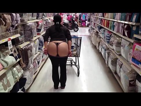 Nalgona enseña culo en supermercado
