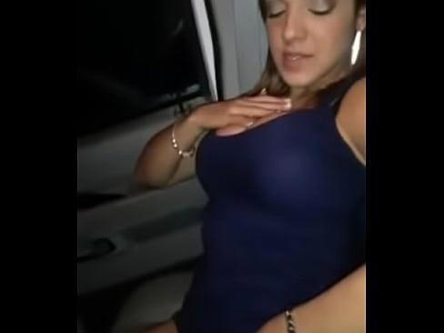 hermosa edecan de masturba muy rico en el auto