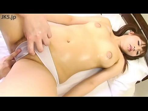 ニップレスで乳首を隠したお姉さんがマッサージを受けるエロ動画www