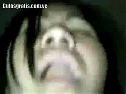 Buena movida de nalgas da esta jovencita latina que se ve que se pone muy feliz cuando la penetran