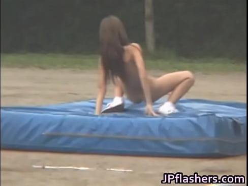全裸ギャルがグランドで幅跳びするおもしろフェチ動画wwwww
