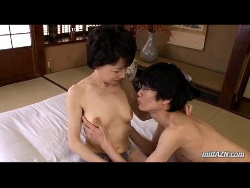 【熟女セックス動画】熟女で細身の体は、敏感で息子の愛撫に感じまくります。