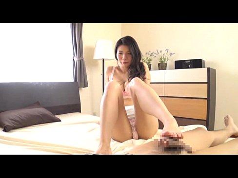 【ミニスカ熟女・人妻の動画】ミニスカの美女の足コキH無料動画。ミニスカートでエロい黒髪美女に足コキしてもらうww