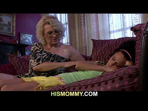 Ação lezzie com menina e mãe