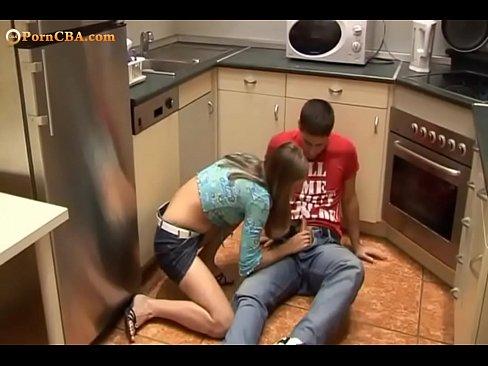 Image Magrinha gostosa chupando piroca na cozinha