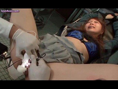 診察台に拘束されたミニスカートのギャル、変態医師の手によってアクメさせられ発狂し痙攣しっぱなし
