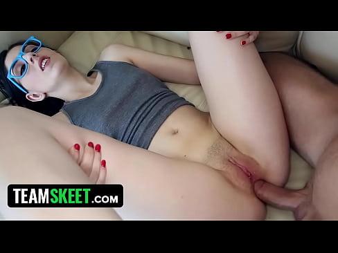 水色メガネがインパクト大