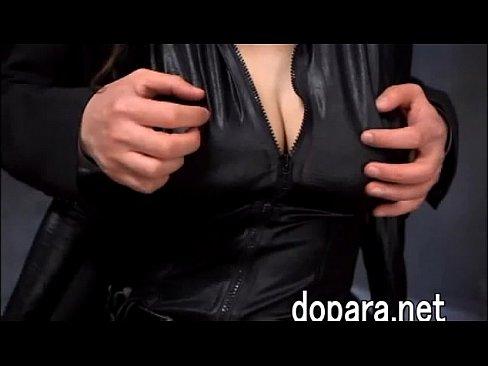 全身黒スーツの秘密捜査官ののJULIAが相手に捕まって性的恥辱を受ける