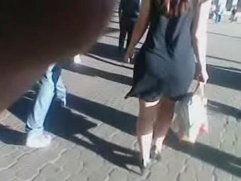 Filmei escondido uma rabuda de vestidinho no meio da rua