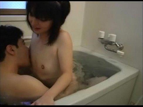 完全にアウトな貧乳ロリとロリコンおじさんが狭過ぎるお風呂場でセックス