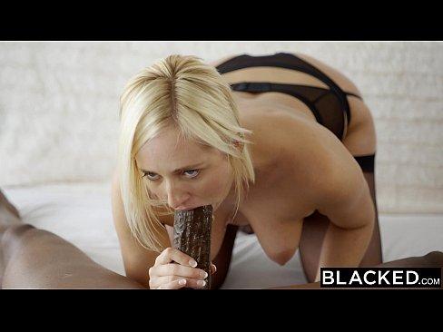 Огромный чёрный член не помещается во рту блондинки но легко входит в её задний проход