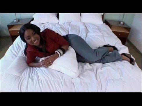 Negra novinha bunduda pagando boquete e sendo enrabada no motel