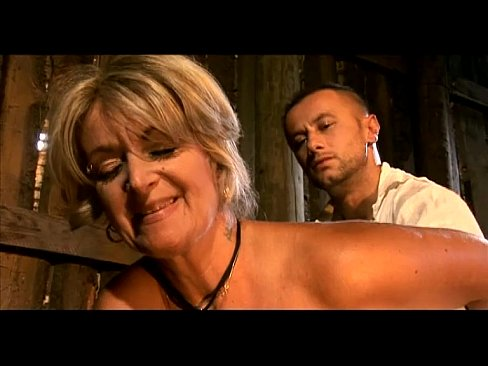 В сарае шустрый любовник трахает в жопу зрелую блондинку