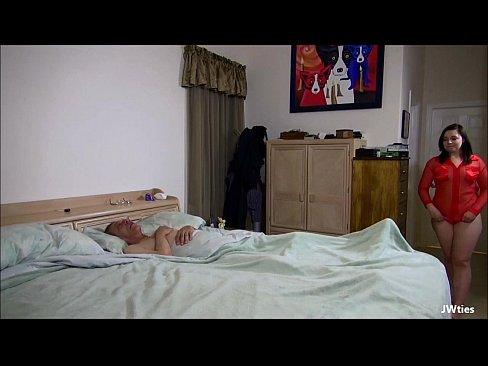 Nepoata Intra Peste Bunic In Curul Gol Si Face Sex Cu Mosul De 71 De Ani