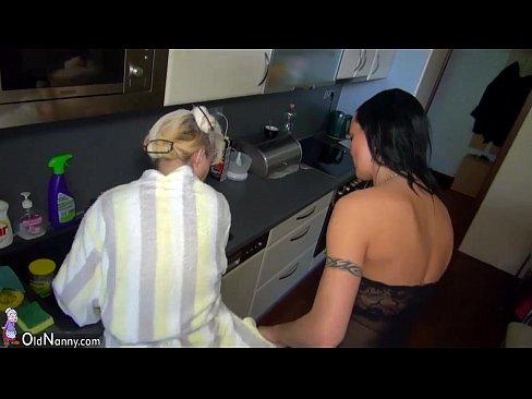 Neta fodendo com a vovó safadinha