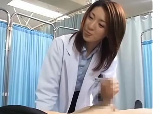 白衣の女医さんが検査のために手コキで精液を採取するCFNM的な動画