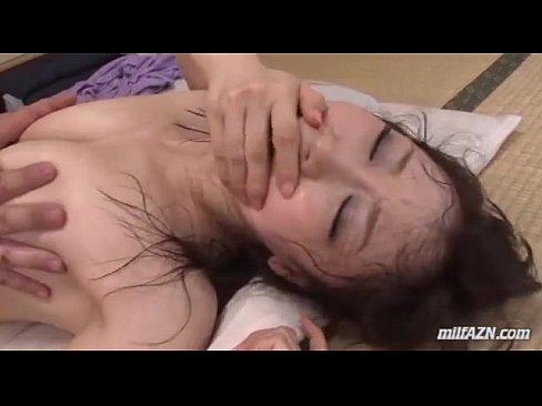 オマンコから淫汁を垂れ流しながらガン突きされる人妻の川上ゆう