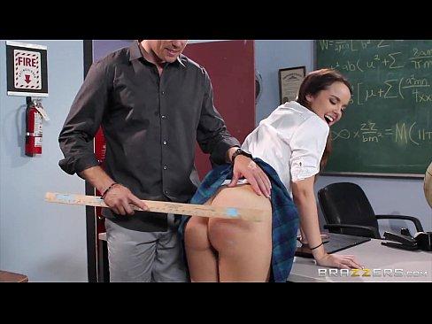 Professor ensinando a aluna safada