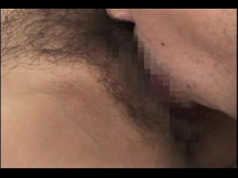 偶然再会した元彼に身体を求められ秘部にびっしり生えた陰毛を掻き分けられクンニ責めされる美熟女。
