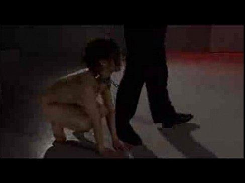 鎖付きの首輪を付けられメス犬にSM調教された美人マゾ。首輪を付けられご主人様の言われるがままに四足歩行。その動画を目にした妹は…