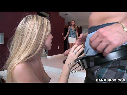 Encuentra a su nena con el pito de su novio en la boca