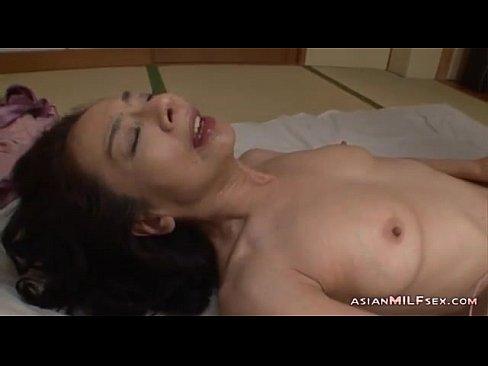 【xvideos】ストッキングの熟女おばさんのオナニーローター無料H動...