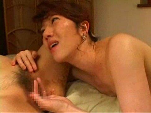 スレンダーボディの熟女レズカップルが絶品のクンニテクを披露!舌で性器を舐め回しゆっくりと膣内に入れるクンニにたまらず大きな喘ぎ声をあげて感じまくってますw