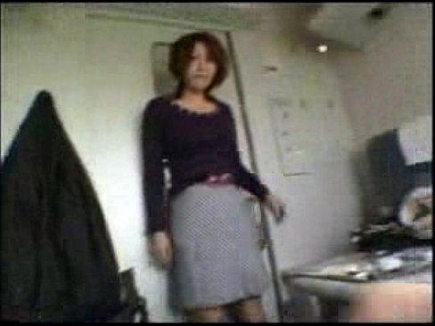 電車でパンツの中にリモコンバイブを仕込み悶絶してる素人の専業主婦