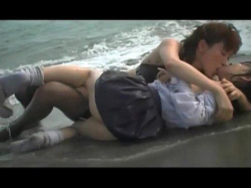 【ヘンリー塚本】海岸でエロい二人のレズ!そして、暗い部屋の中でも!