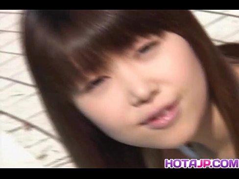 Момоко раздевается и показывает ее волосатая пизда