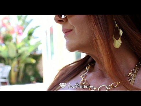 Janet Mason um sexo sensual usando seus peitos ao ar livre