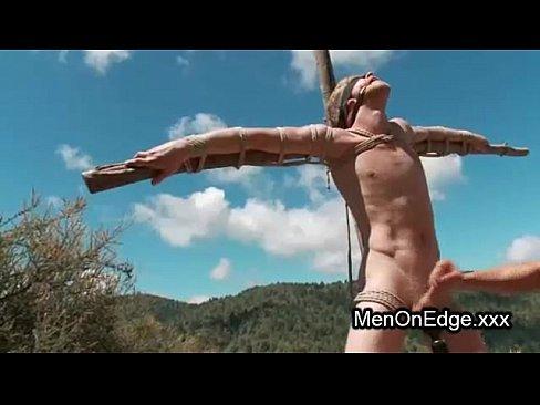Gay torturado com os olhos vendados
