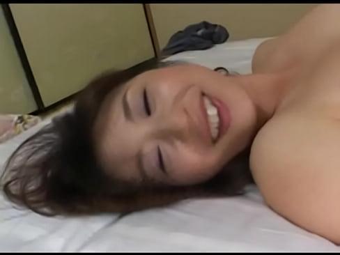陰毛がかなり薄めのおまんこを手マン&クンニで掻き回されて潮吹き絶頂した巨乳熟女。愛液が溢れ出る秘部を自ら開いて挿入をおねだり。