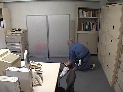 鬼畜警備員が終業後のオフィスに残っていた美人OLをスタンガンで気絶させ犯すハメ撮りレイプ!イラマチオでも起きない美女のパンストを破き、肉棒をねじ込み中出しするガチヤバ動画!