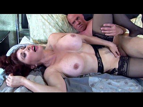 スキンヘッドと熟女の性交