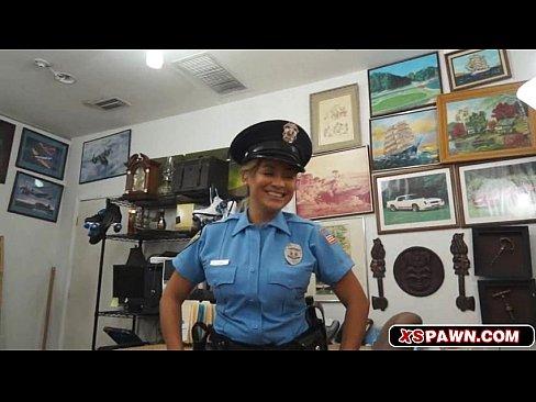 Policial morena quente peituda no fundo da loja chupando