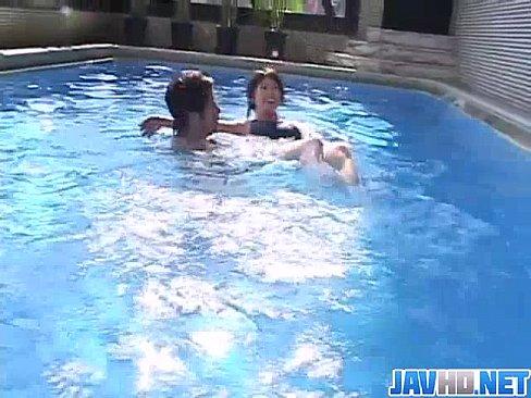 教練教游泳卻把手放在女學員的胸部上...