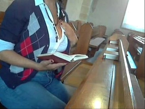 Repórter safada fazendo uma masturbação na igreja da floresta