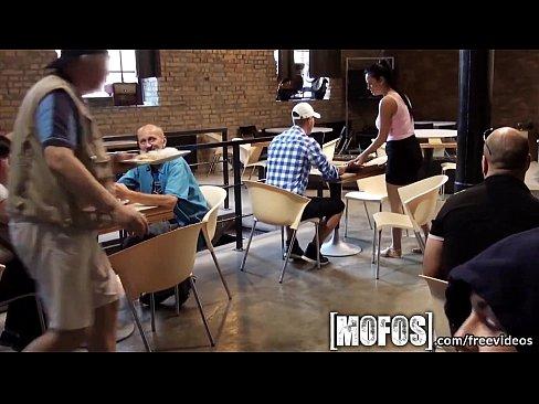Jovem casal fudendo em um cafe publico