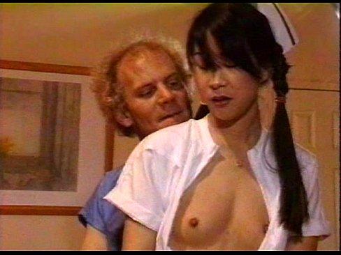 Пожилой доктор трахает в жопу медсестру азиатку