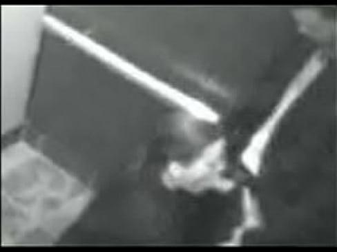 Mujer madura chupando verga en el elevador