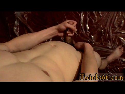 Большой член гей черный лохи Купер наполняет баночку с мочой