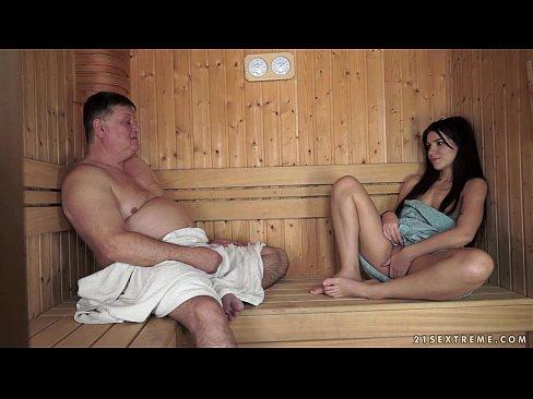 Sex cha và con gái xông hơi trong phòng mátxa