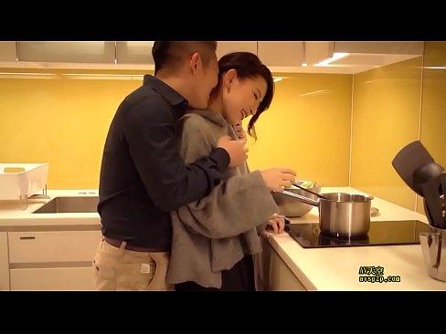 料理中に旦那から悪戯された熟女人妻が発情してキッチンで勢いよくセックス...