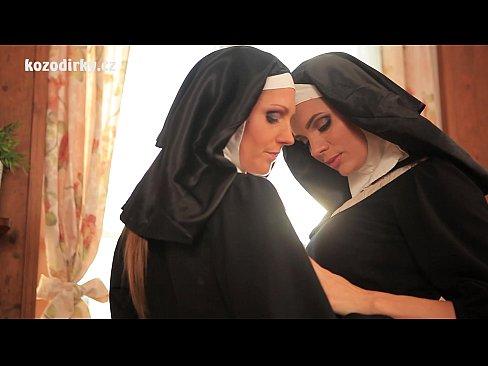 Amigas freiras se pegam e fazem uma gostosa orgia