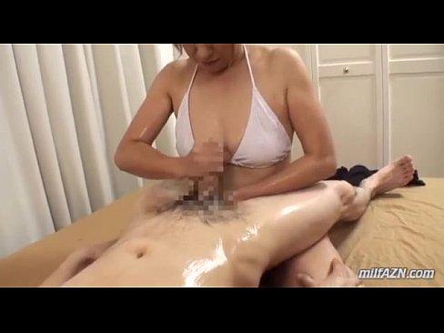 五十路の熟女の手コキ無料jukujyo動画。白ビキニを着た五十路痴熟女のローションプレイ!