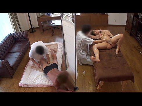 巨乳妻がマッサージ師に寝取られてる姿をオカズにセンズリする夫www   の画像