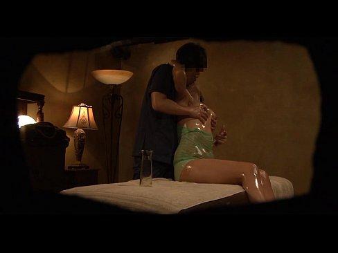 オイルまみれマッサージで気持ちよくなった巨乳とパイズリSEX(xvideos)