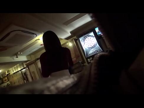 ナンパされて簡単にホテルまで付いてきちゃうビッチなダーツ好きの巨乳美女が騎乗位セックス